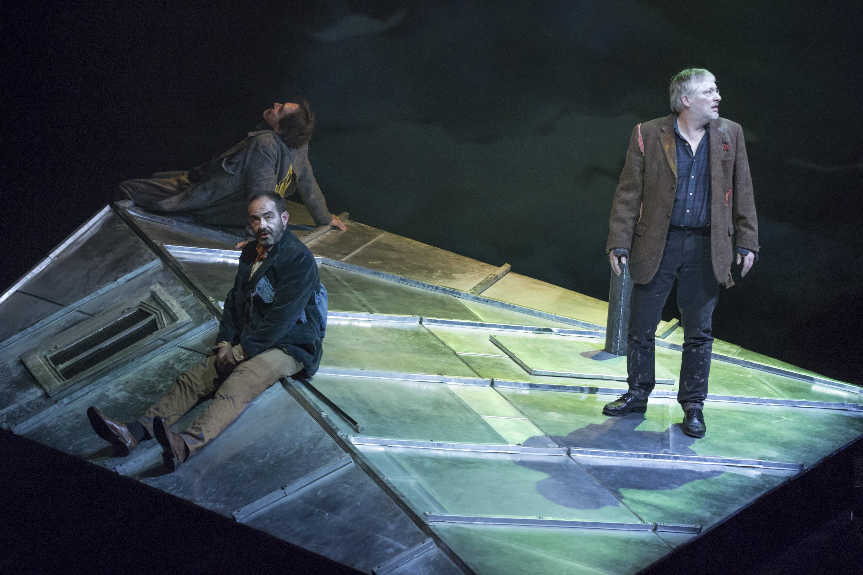 Trois hommes sur un toit